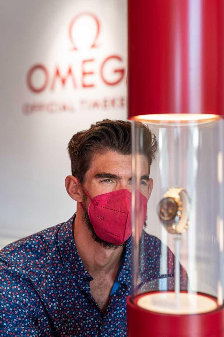 泳壇傳奇「飛魚」菲爾普斯造訪東京奧運官方計時OMEGA展示間,親身見證歐米茄計時技術的超前進展。(圖╱OMEGA提供)