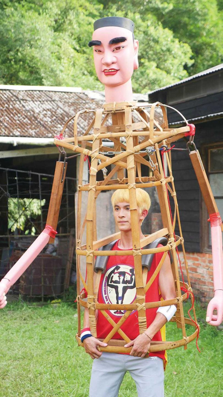 在熱天扛起重達17公斤的神將竹架,讓林暉閔付出不少汗水和體力。(圖/東森電視、映畫傳播提供)