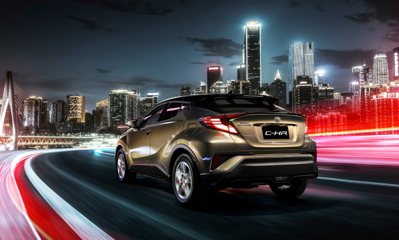 車尾運用上橋連接左右兩側尾燈的亮黑飾件,延伸寬扁視覺感受,加上LED尾燈組設計,讓人眼睛為之一亮。(圖/車商提供)