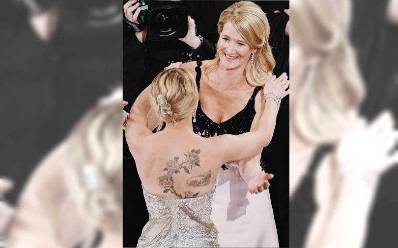 《婚姻故事》中的蘿拉鄧恩在得到最佳女配角後,同樣也有入圍此獎項的史嘉蕾喬韓森與她擁抱致敬。(圖/翻攝自網路)