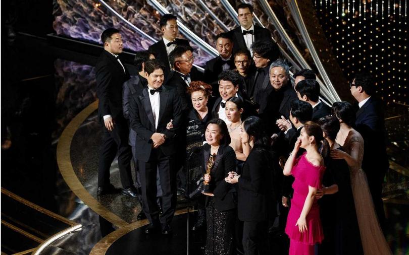 《寄生上流》團隊在得到最佳影片後,一起開心上台。(圖/達志/美聯社)