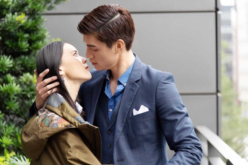 宏正強吻鍾瑶。(圖/三立)