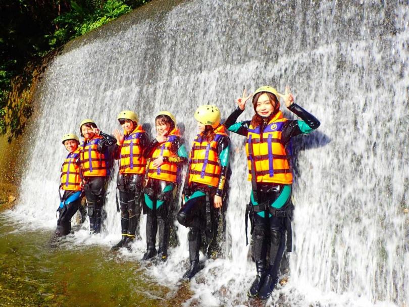 在花蓮山林中,團體合作挑戰溯溪。(圖/KLOOK提供)
