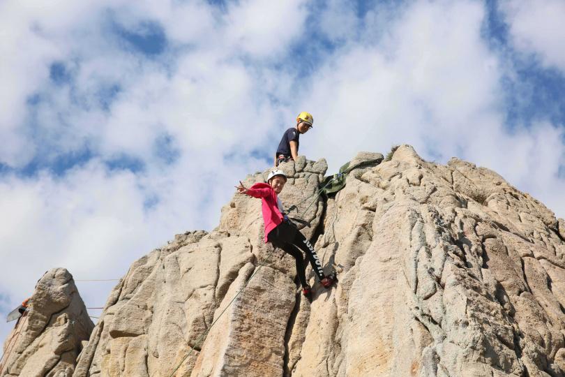 攀岩享受手腳並用登頂的原始感動。(圖/KLOOK提供)