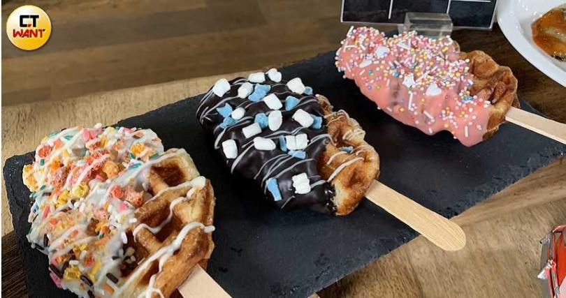 最為吸睛的甜點就屬「可頌鬆餅棒棒」,翻玩自美式經典可頌鬆餅,色彩繽紛超好拍!(攝影/官其蓁)
