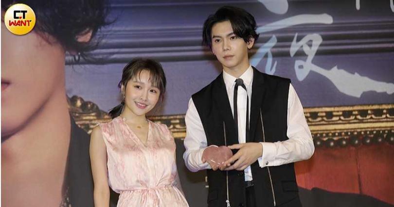 歌手張若凡(左)特別現身記者會,帶來招桃花的粉水晶當作楊宇騰發片賀禮。(攝影/施岳呈)