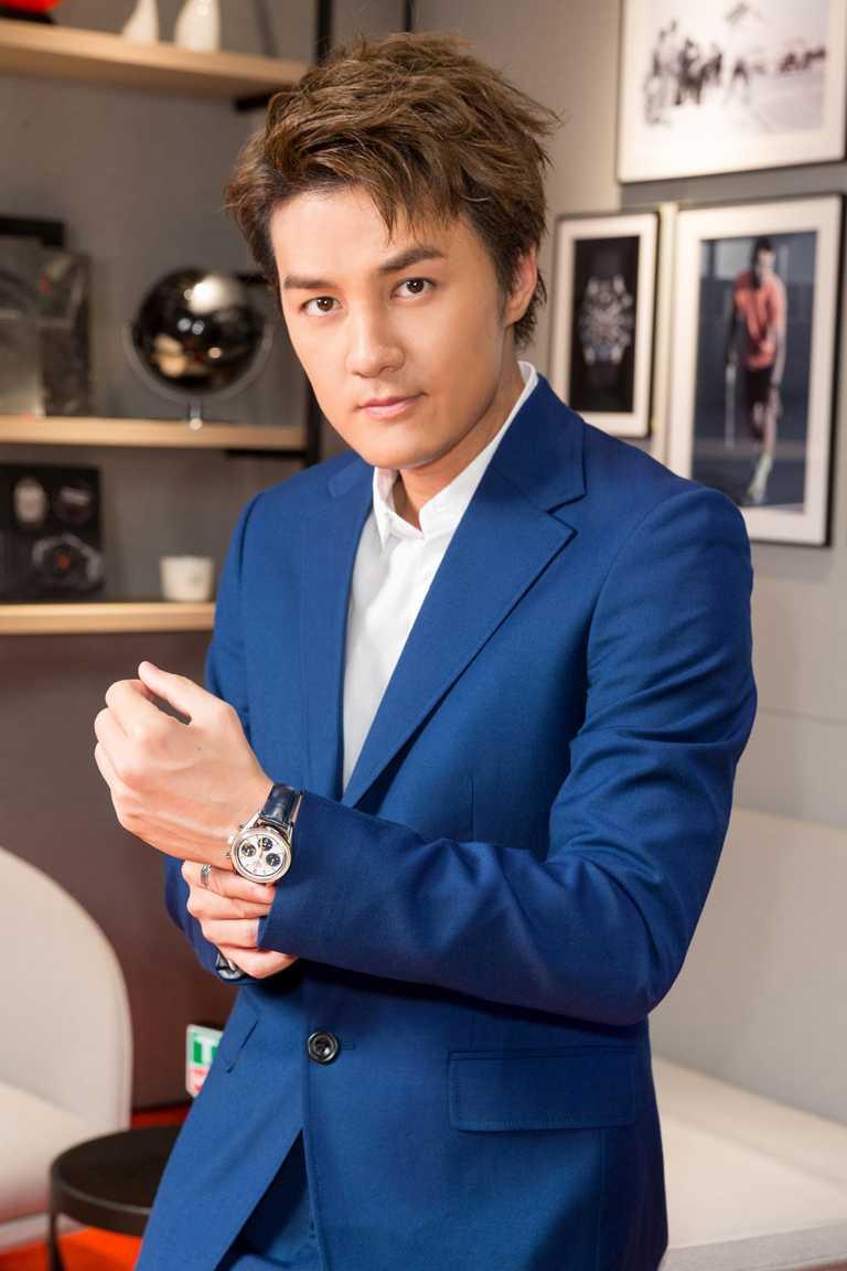 創作歌手吳克群,優雅佩戴TAG HEUER「Carrera 160週年Montreal復刻」限量腕錶,為泰格豪雅台北101專賣店揭開序幕。(圖╱TAG HEUER提供)