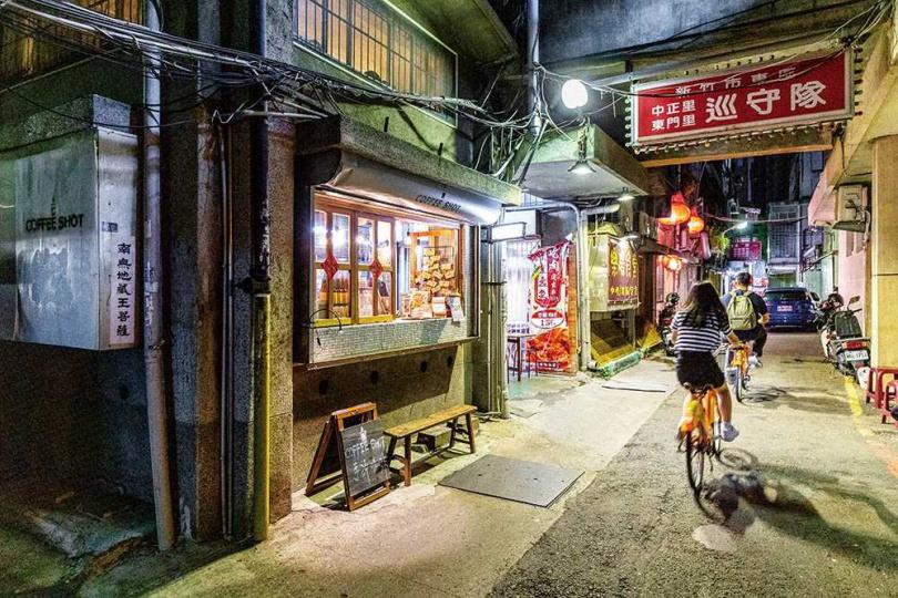 市場裡唯一的咖啡廳「珈啡夏特」位在市場後方的轉角處。