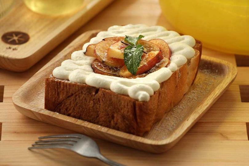 「焦糖愛波生吐司」,生吐司口感鬆軟溼潤且帶有蜂蜜香味,撒上糖粉炙燒的蘋果片則增添咀嚼口感。(90元/份)(圖/于魯光攝)