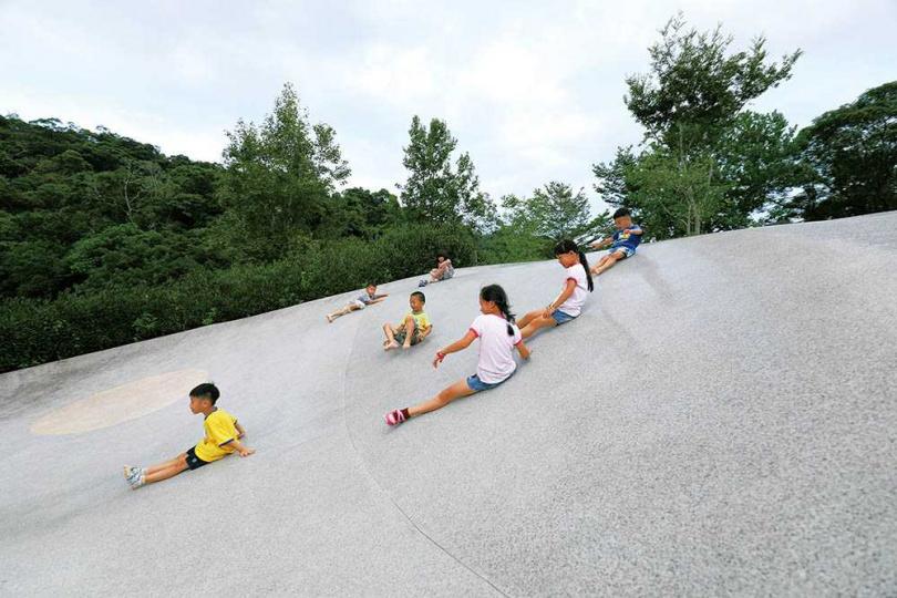 在「龍潭湖風景區」內的「大碗公溜滑梯」,是全台15座最具特色的溜滑梯之一。(圖/于魯光攝)