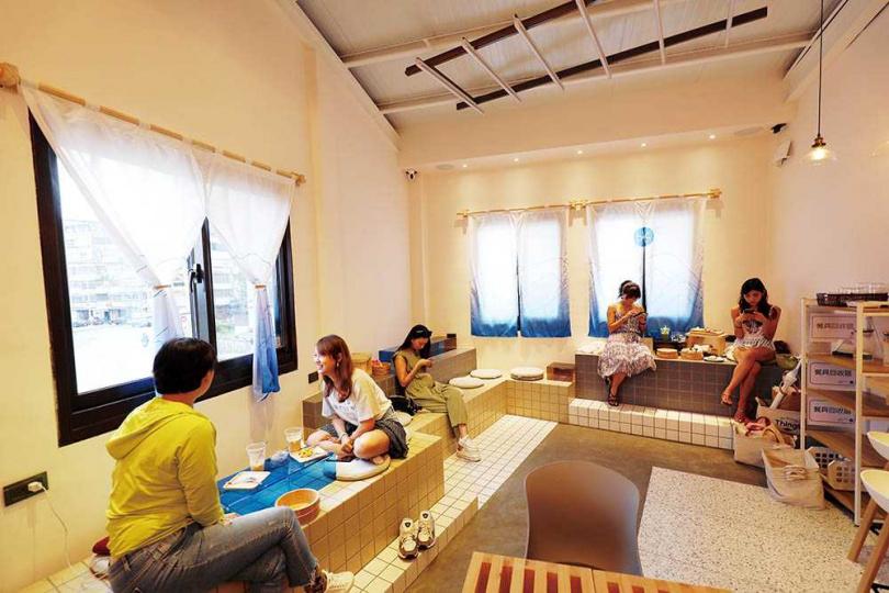 「咖啡浴FURO CAFE」店內高低錯落的座位,輔以可移動的茶几與坐墊,讓人能更自在地用最舒服的姿勢享受午後時光。(圖/于魯光攝)