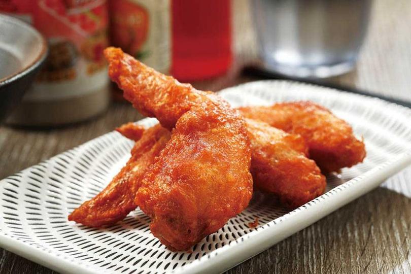 「蝦香雞翅膀」燙口多汁,蝦醬鹹香醃製入味,直接品嘗就很好吃。(69元)(圖/于魯光攝)