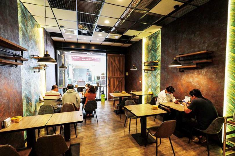 「湯玉港式料理」空間簡約時尚,不少周邊上班族都是常客。(圖/于魯光攝)