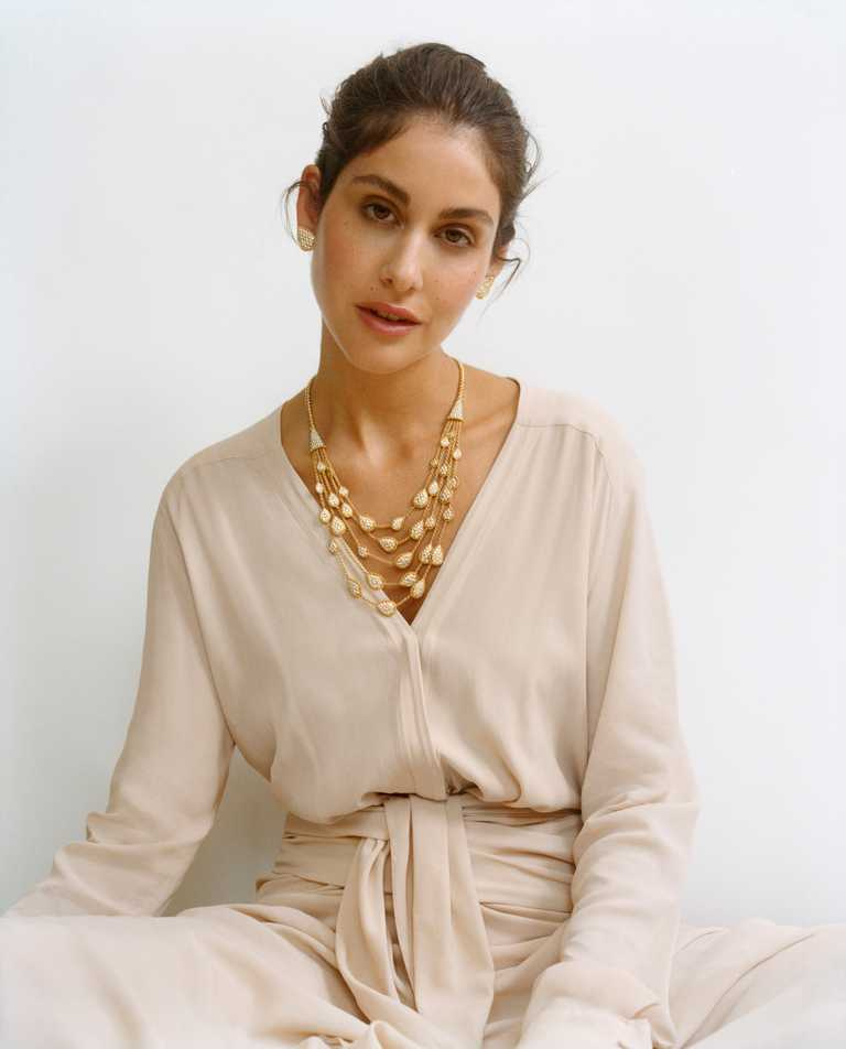 黎巴嫩名模Nour Arida,佩戴BOUCHERON「Serpent Bohème」系列黃金鑲鑽項鍊及耳環,展現女性溫柔韻味。(圖╱BOUCHERON提供)