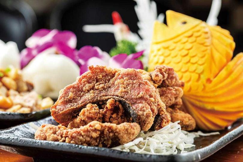 採用香氣十足的宜蘭紅糟,「紅糟鰻魚」炸得外酥內嫩、賣相可口。(320元)(圖/林士傑攝)