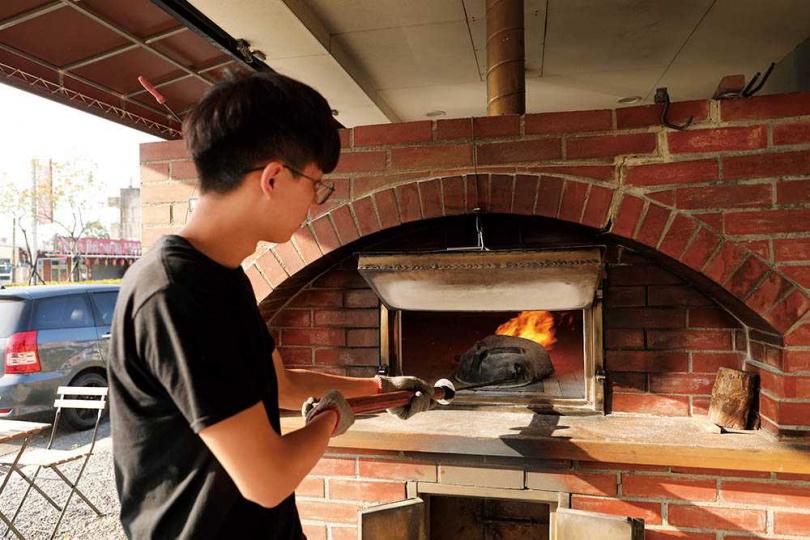 窯內的「火喉」是特地從法國進口的特殊工具,可控制火的方向讓窯內達到均溫。(圖/于魯光攝)