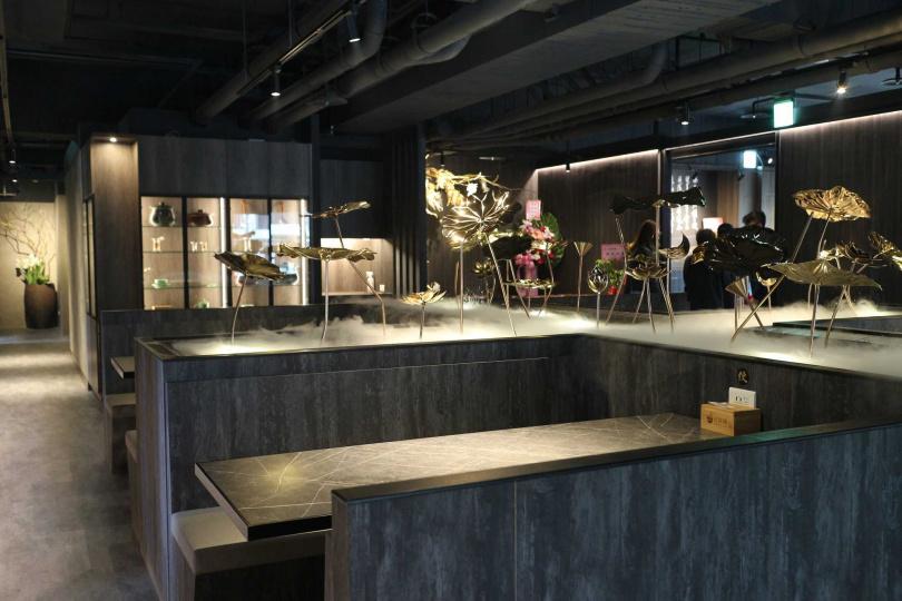 餐廳的用餐空間布置為蓮花池意象。(圖/沉雨晴提供)