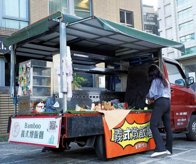 平日早上「Bamboo義式燉飯糰」會在內科停車場擺攤,周末偶爾受邀參加市集活動。(圖/于魯光攝)