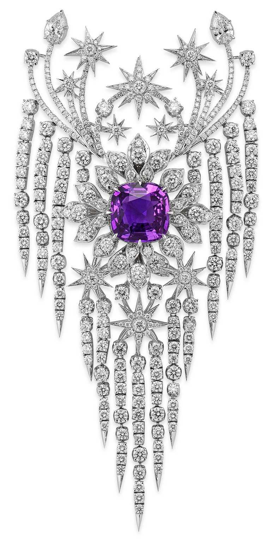 GUCCI「Hortus Deliciarum歡愉花園」系列高級珠寶,紫色藍寶石白金鑲鑽流星雨造型吊墜。(圖╱GUCCI提供)