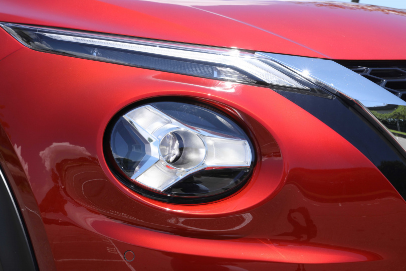 採用鋒刃日行燈搭配Y字型頭燈彰顯前衛獨特的氣質