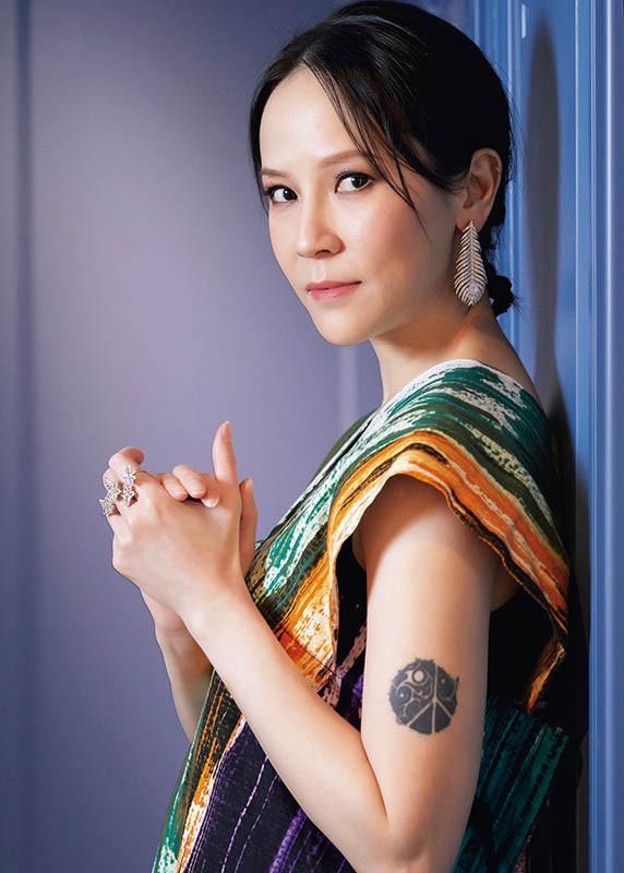 歌手楊乃文佩戴寶詩龍Plume de Paon耳環出席Hito音樂獎,羽毛造型帶有輕柔的律動感,不會過於沉重。