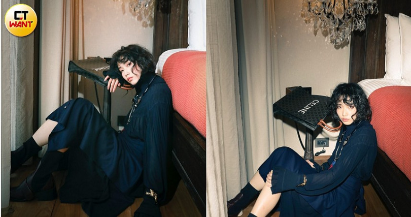 Chloe High-neck Dress洋裝/119,300元、Chloe Cascading wrap flannel mid-length skirt過膝裙/52,300元、Chloe Blake Necklace項鍊/約45,061元、Chloe Anouk Cuff手環/價格未定、Chloe Bea Half-sock Boot襪套靴/45,100元、CELINE TRIOMPHE帆布小型直式CABAS手袋/40,500元。(圖/戴世平攝)