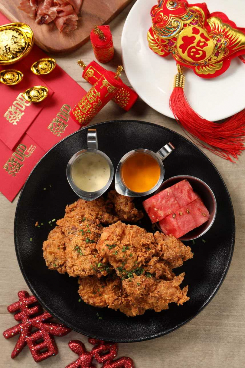 招牌「美國阿嬤秘方黃金炸雞」附紅辣醬、蒜味白醬,和一片西瓜清口氣。(圖/于魯光攝)