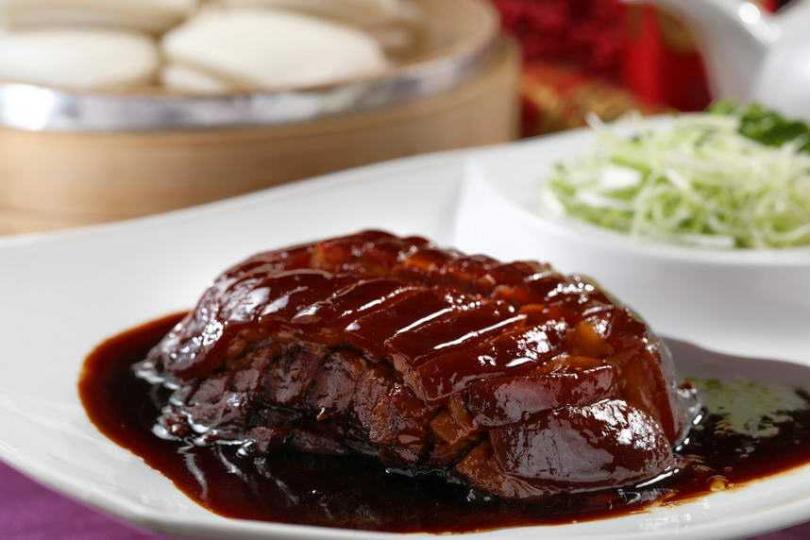 充滿膠質的「東坡肉」入口即化,搭手工刈包、香菜和蒜苗。(圖/于魯光攝)