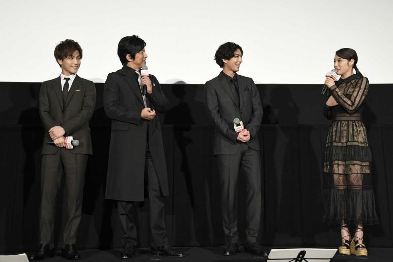 廣瀬愛麗絲(右起)、賀來賢人、大澤隆夫與岩田剛典在東京戲院的首日見面會上分享拍片趣事。