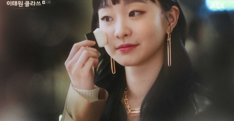 韓劇《梨泰院Class》女主角金多美,於劇中佩戴TIFFANY & CO.「Tiffany HardWear系列」珠寶。(圖╱翻攝JTBC)