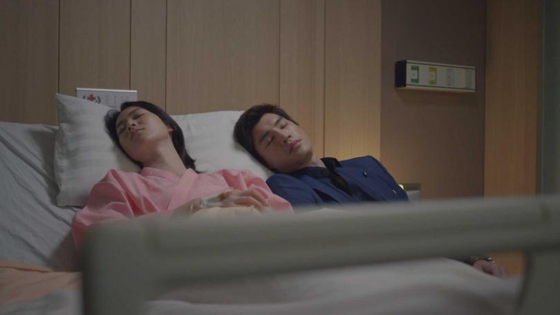 羅宏正劇中照料生病的鍾瑶。(圖/台視)