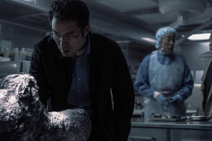 張孝全演鑑識專家,面對仿真的屍體不感到害怕。(圖/Netflix提供)