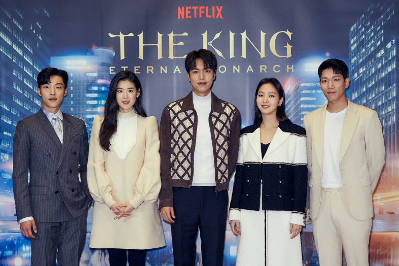 《The King:永遠的君主》由禹棹奐(左起)、鄭恩彩、李敏鎬、金高銀、金京南主演。Netflix提供