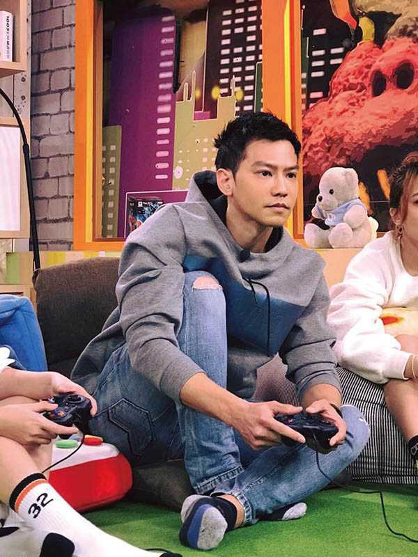 鄒承恩擁有模特兒身材,撐得起各種服裝,但他偏好休閒打扮,灰色T恤特別多。(圖/鄒承恩提供)