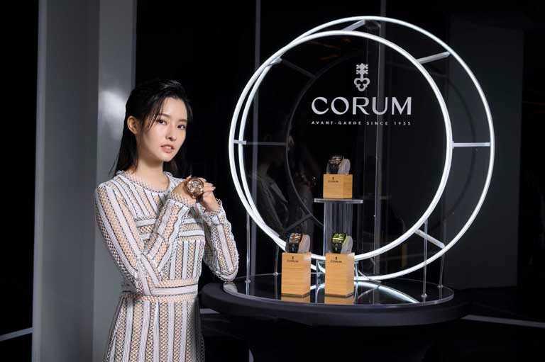氣質女星陳語安突破柔美框架,以一身前衛時尚造型,率性演繹全新CORUM「LAB 02系列」飛行陀飛輪限量腕錶。(圖╱CORUM提供)