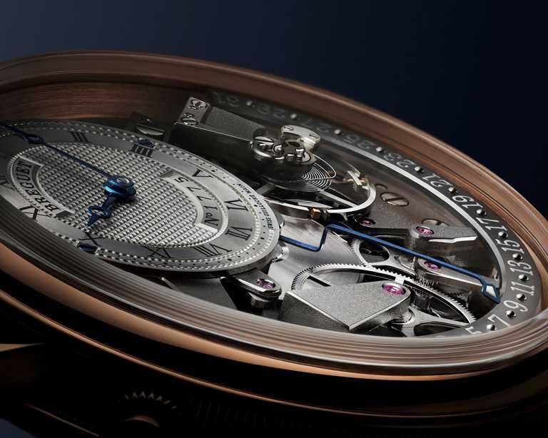 錶盤飾有手工機刻雕花,備有獨立編號及寶璣簽名;羅馬數字時圈,搭配寶璣鏤空藍鋼指針。(圖╱BREGUET提供)