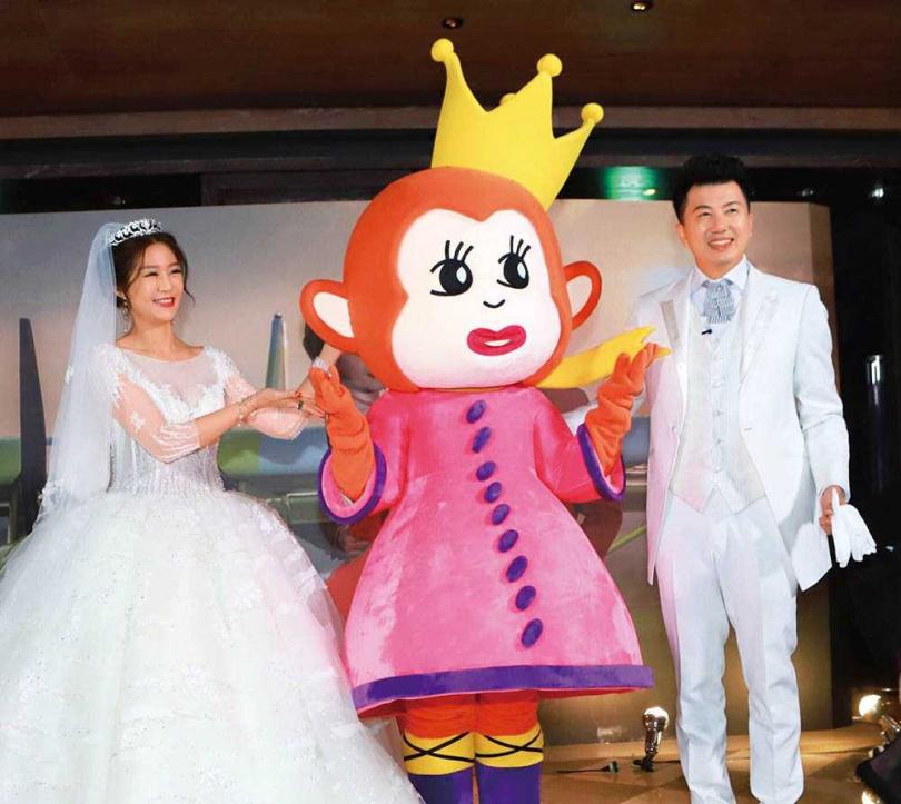 愛情長跑9年的文汶和吳皓昇,2年前結婚時,自創品牌的吉祥物「猴爺」還現身婚禮。(圖/民視提供)