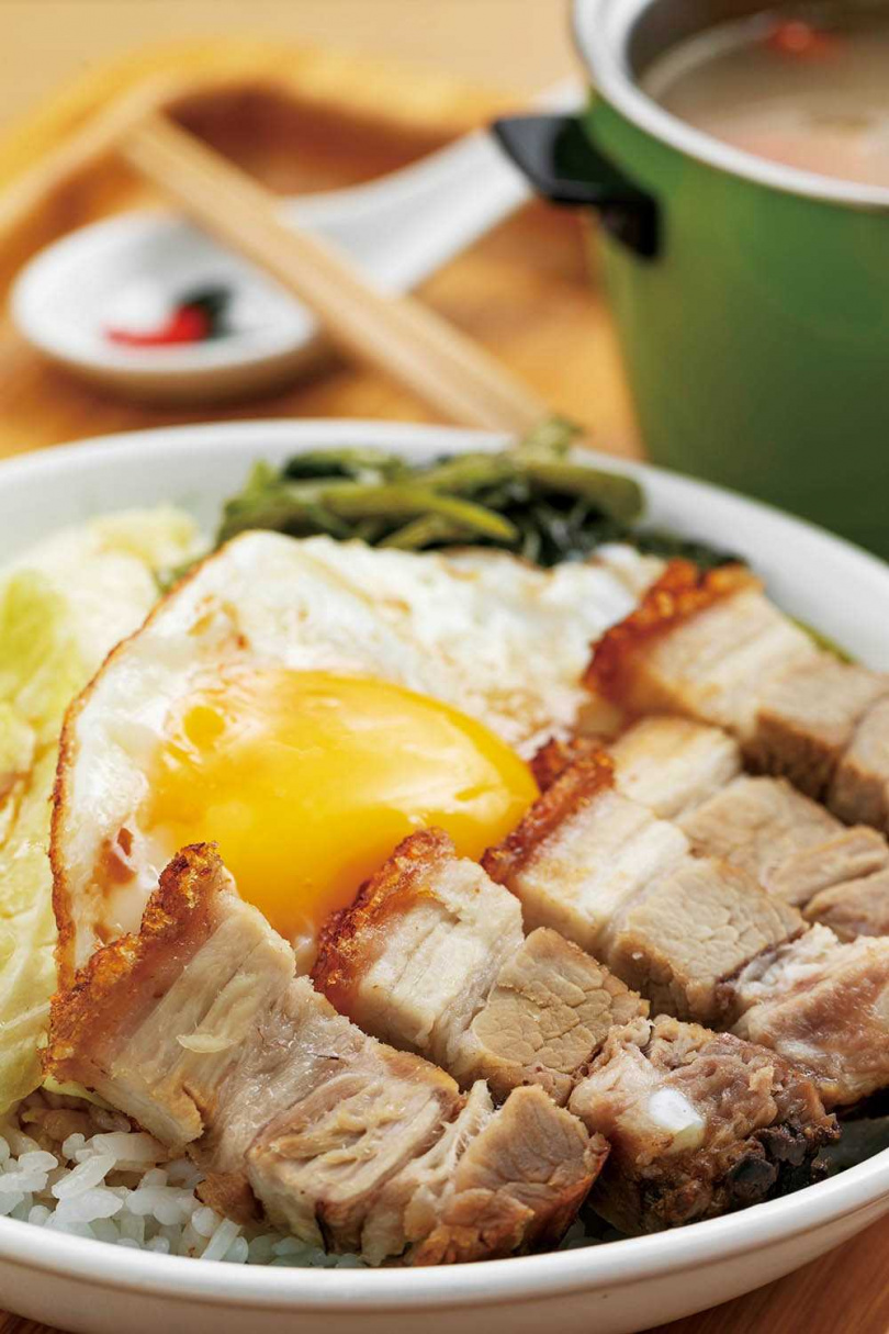 「手工脆皮燒肉飯」選用偏瘦的帶皮豬五花減少油膩感,再搭配加了薑、蒜蓉、生抽的醬汁,使味道更有層次。(150元)(圖/林士傑攝)