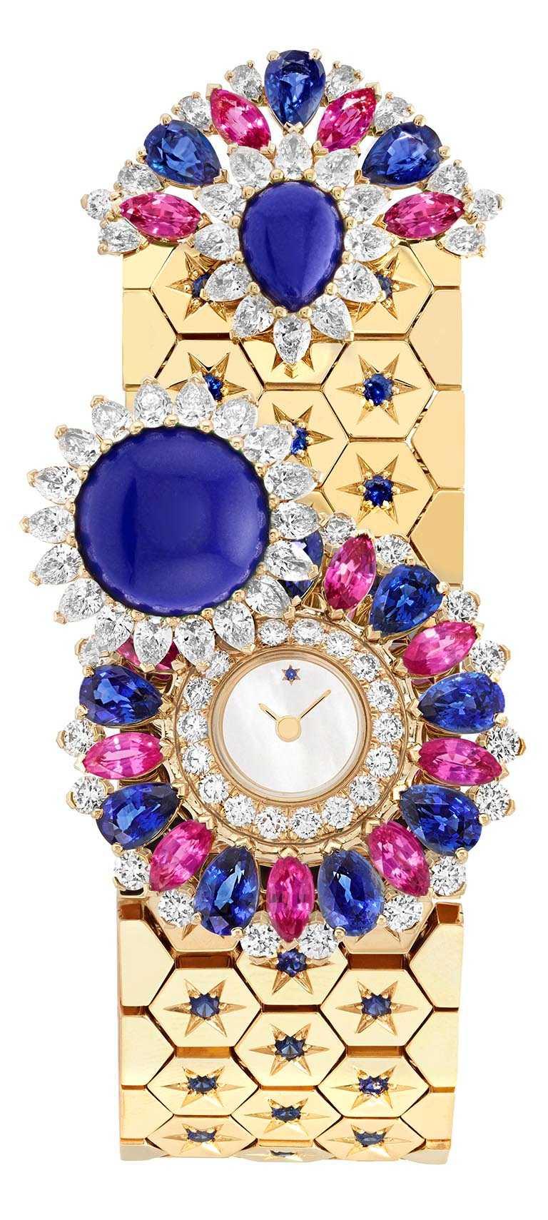 Van Cleef & Arpels「Rose de Noël」系列「Ludo Secret」腕錶,黃K金錶殼、錶帶,石英機芯,藍色及粉紅色藍寶石、青金石、白色珍珠母貝、鑽石╱7,300,000元。(圖╱Van Cleef & Arpels提供)