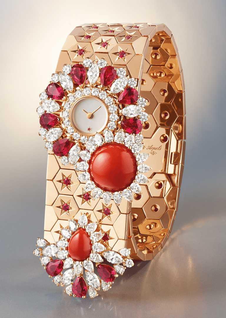 Van Cleef & Arpels「Rose de Noël」系列「Ludo Secret」腕錶,玫瑰金錶殼、錶帶,石英機芯,紅寶石、珊瑚、白色珍珠母貝、鑽石╱9,650,0000元。(圖╱Van Cleef & Arpels提供)