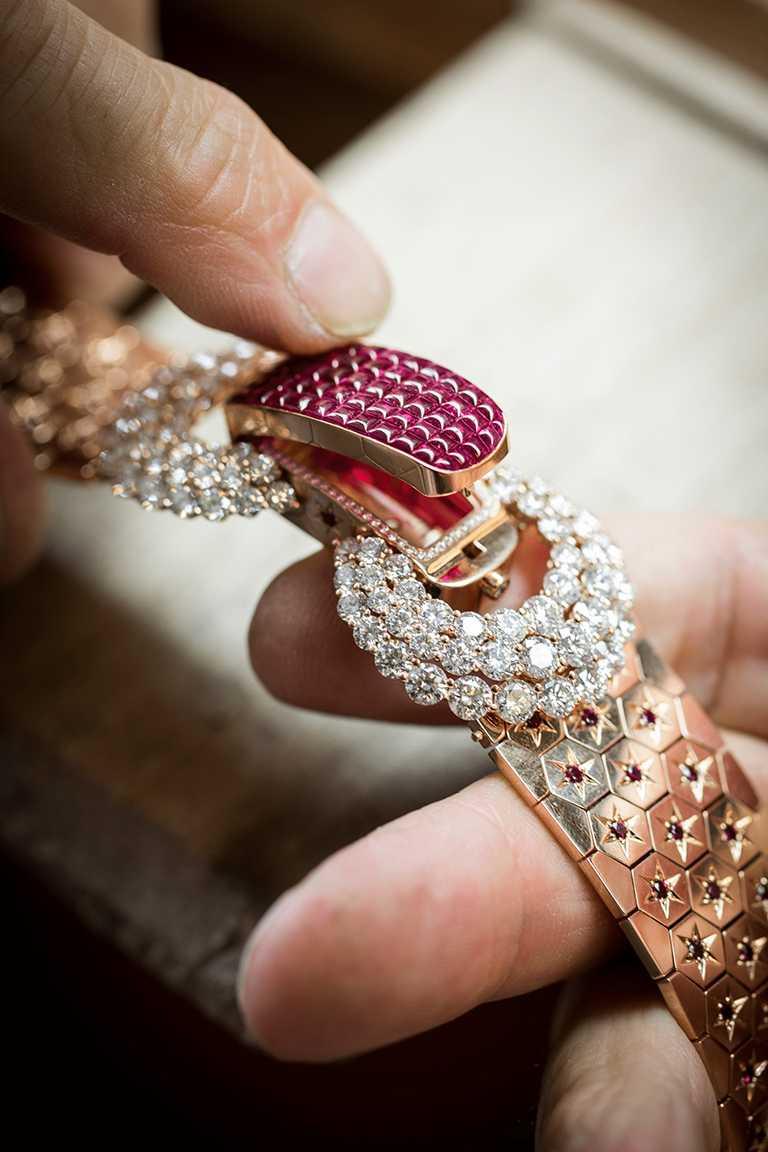 選用的紅寶石經固定後,完美覆蓋於鑲座表面,同時確認腕錶開合構件。(圖╱Van Cleef & Arpels提供)