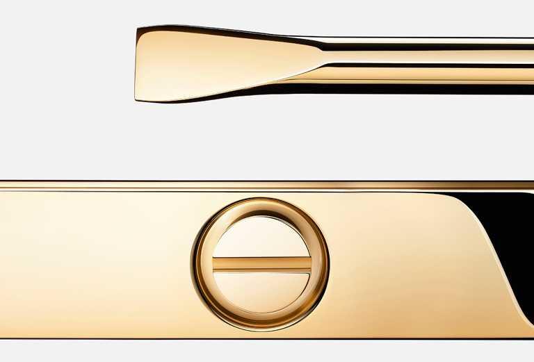 卡地亞「LOVE」手環,極簡俐落的橢圓造型,需以專用螺絲刀、合兩人之力才能拴緊的獨特佩戴方式,正是喚起愛情存在感的最佳示範。(圖╱Cartier提供)