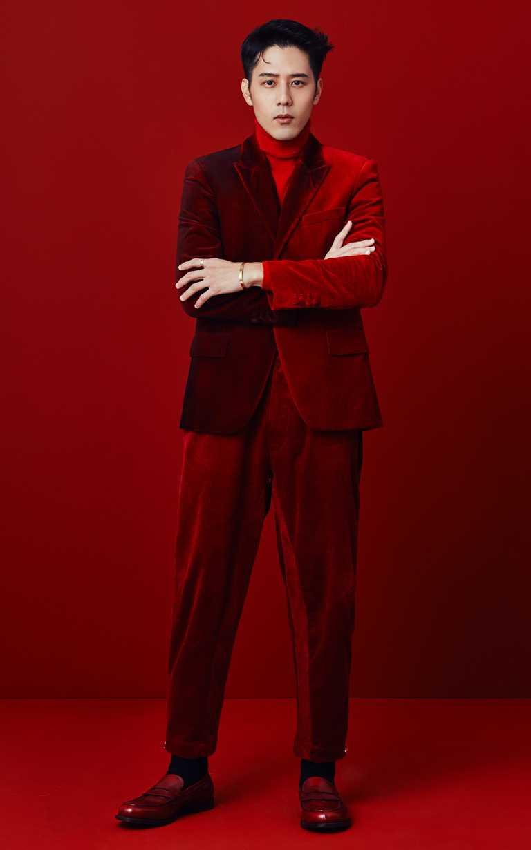 偶像男星胡宇威,一身紅色正裝、佩戴Cartier「LOVE」系列手環、戒指,為卡地亞《ICON》系列人物作出新時代的風格詮釋。(圖╱Cartier提供)