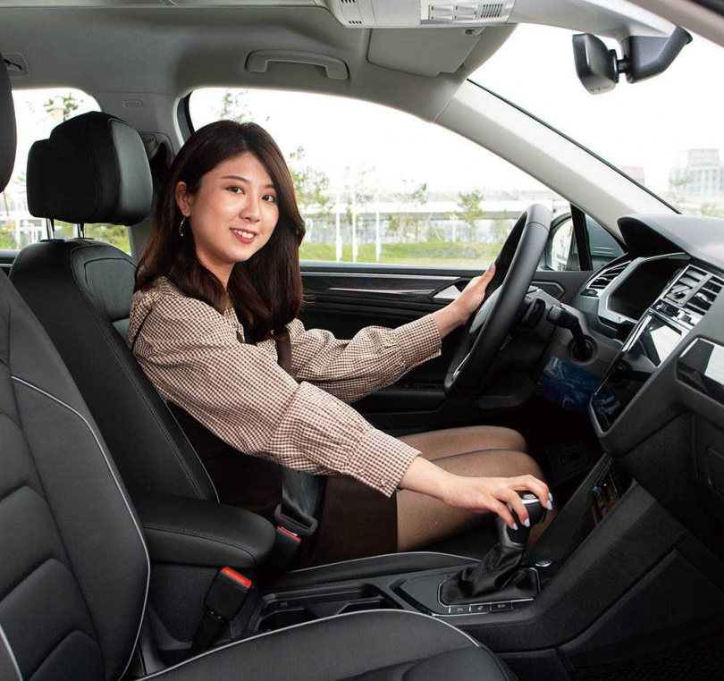 有著靈巧的動力反應和時尚造型, Tiguan即使是休旅車,也深受女性車主青睞。圖為《女子車流》車評安竹。(圖/黃耀徵攝)