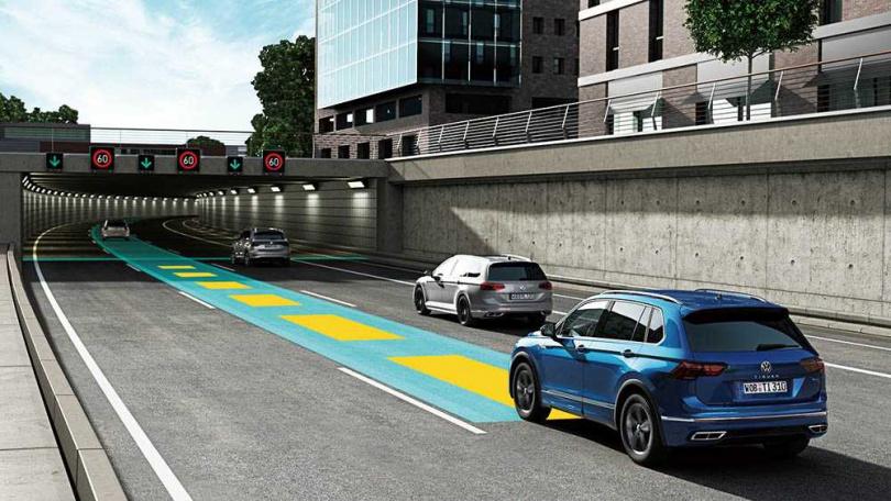 全新導入的Travel Assist智慧車陣穿梭系統,結合了ACC主動車距維持巡航與車道維持輔助,可在方向盤上一鍵啟動,十分方便。(圖/Volkswagen提供)