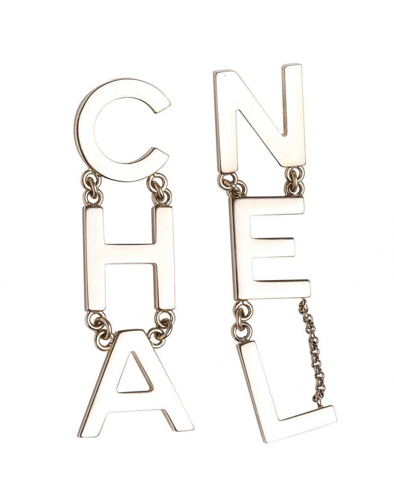 CHANEL字母耳環/約30,000元(攝影/戴世平)