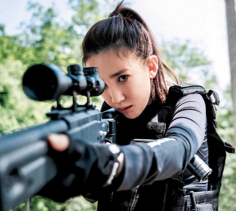 張愛雅在陸劇《超神保鑣》中挑戰動作戲,展現不同以往的面貌。(圖/有魚娛樂提供)