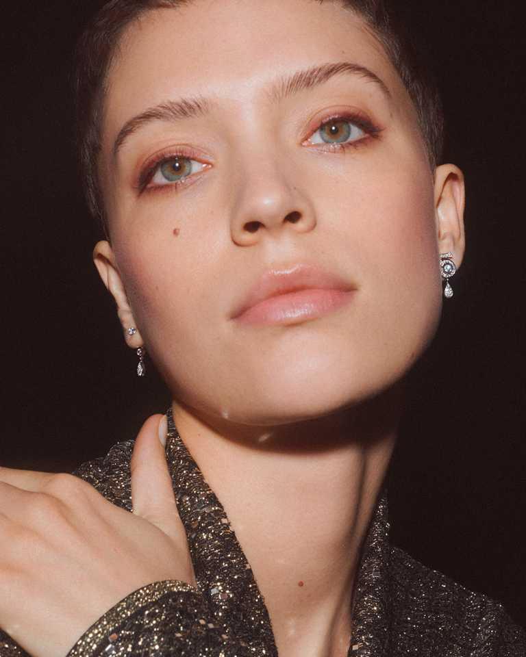 CHANEL「N°5」系列頂級珠寶,「Eternal N°5」耳環(可轉換式設計),18K白金鑲嵌2顆各重約0.12克拉明亮式切割鑽石,及29顆總重約0.43克拉明亮式切割鑽石╱325,000元。(圖╱CHANEL提供)