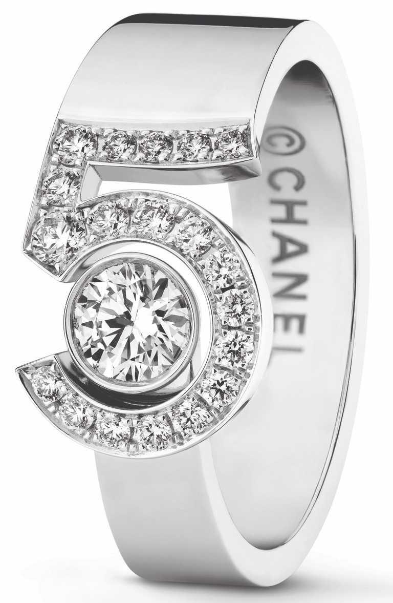 CHANEL「N°5」系列頂級珠寶,「Eternal N°5」戒指,18K白金鑲嵌1顆重約0.25克拉明亮式切割鑽石,及19顆總重約0.20克拉明亮式切割鑽石╱244,000元。(圖╱CHANEL提供)
