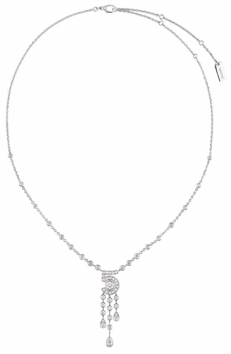 CHANEL「N°5」系列頂級珠寶,「Eternal N°5」項鍊(大型款),18K白金鑲嵌1顆重約0.40克拉明亮式切割鑽石、1顆重約0.41克拉梨形切割鑽石,及49顆總重約2.01克拉明亮式切割鑽石╱1,242,000元。(圖╱CHANEL提供)